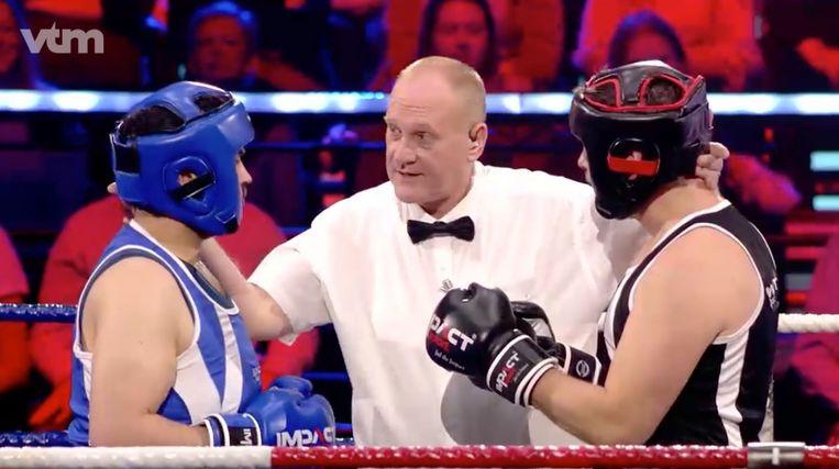 Referee Daniel Van de Wiele houdt de boksers uit elkaar. Beeld VTM