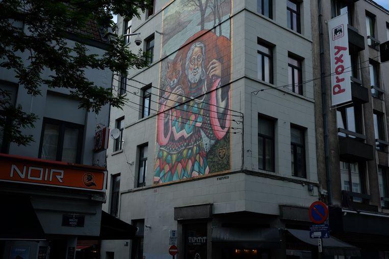 Kunstenaars steken werk van Bruegel in een nieuw jasje in de Marollenwijk.