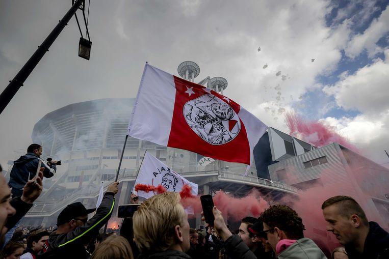 Supporters van Ajax vieren na het duel met FC Emmen bij de Johan Cruijff ArenA de 35e landstitel uit de clubhistorie. De club won twee weken eerder al de KNVB-beker.  Beeld ANP