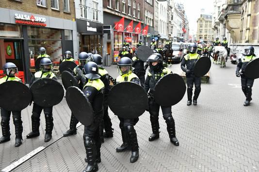 De Mobiele Eenheid staat opgesteld op een aantal locaties ronde Tweede Kamer en het Plein in Den Haag om te verhinderen dat de betogers het winkelgebied bereiken.