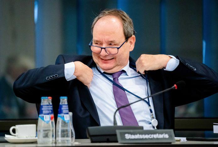 Staatssecretaris Hans Vijlbrief (Financiën) verdedigt namens het kabinet het Belastingplan. Omdat de coalitie geen meerderheid heeft, moet hij op zoek naar steun bij de oppositie.