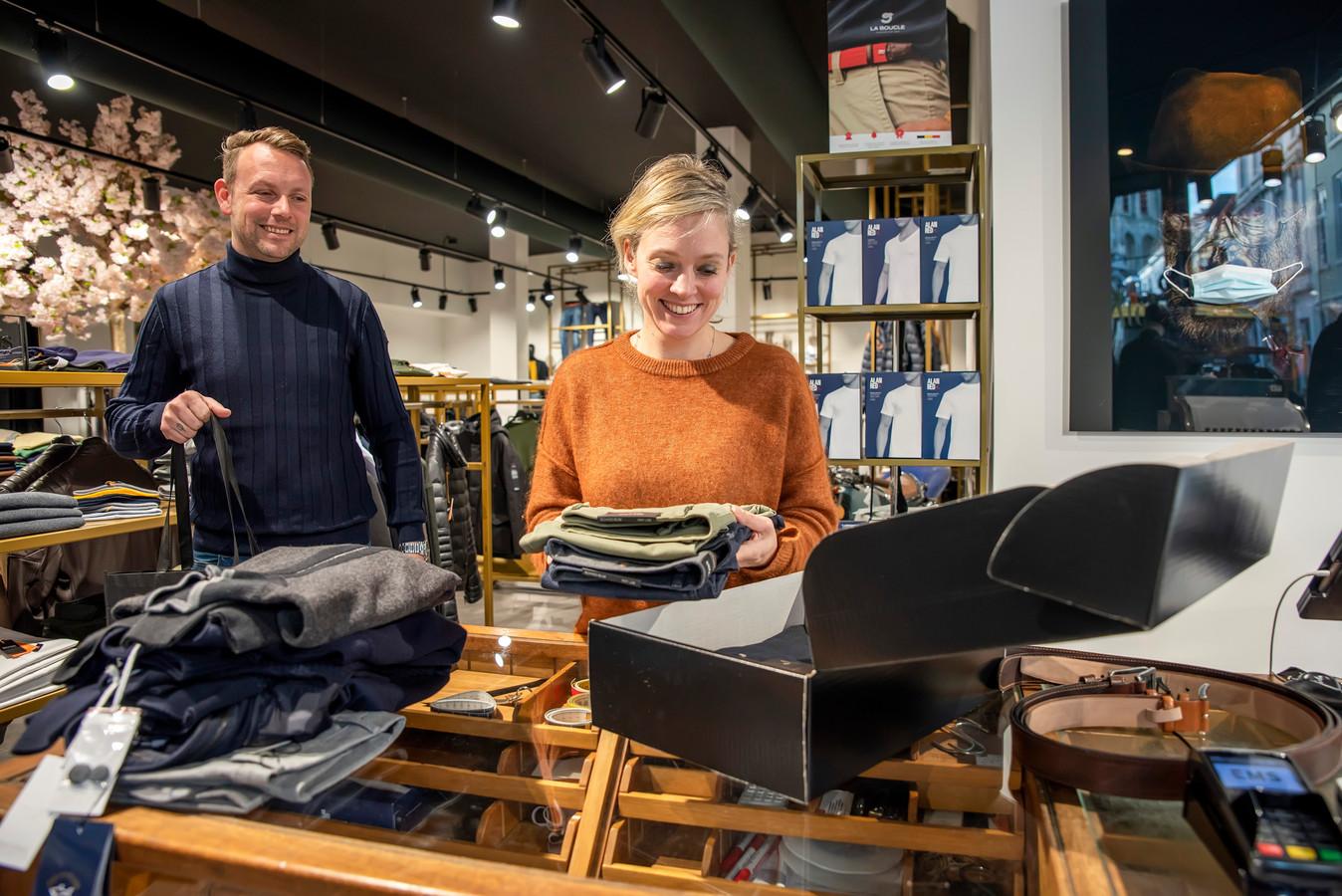 Bergen op Zoom, Moreno Molenaar/Pix4Profs  Dave en Charlotte Koevermans bezig met het inpakken van een online bestelling