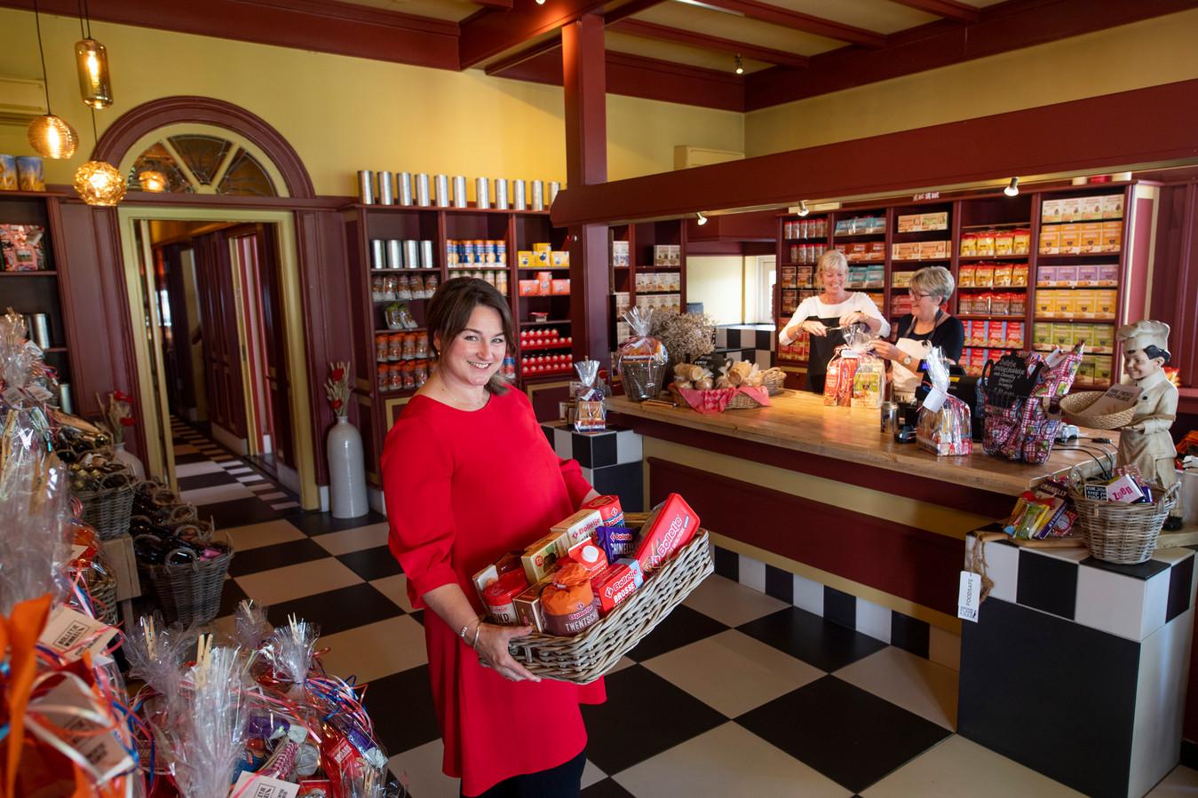 Joes Vissia neemt per 1 juli afscheid van de Bolletjewinkel. Marjan Hendriksman (achtergrond links) en Angelien Bekhuis nemen de taken over.