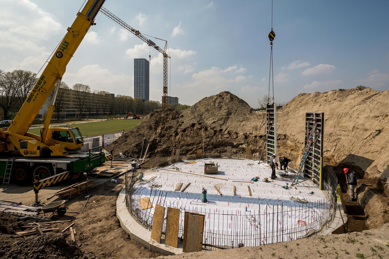 De bouw van de panoramatoren van het Spoorpark.
