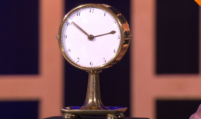 Expert Menno Hoencamp taxeerde de kostbare klok. Die bleek afkomstig van de Wiener Werkstätte uit Wenen. Beeld AvroTros