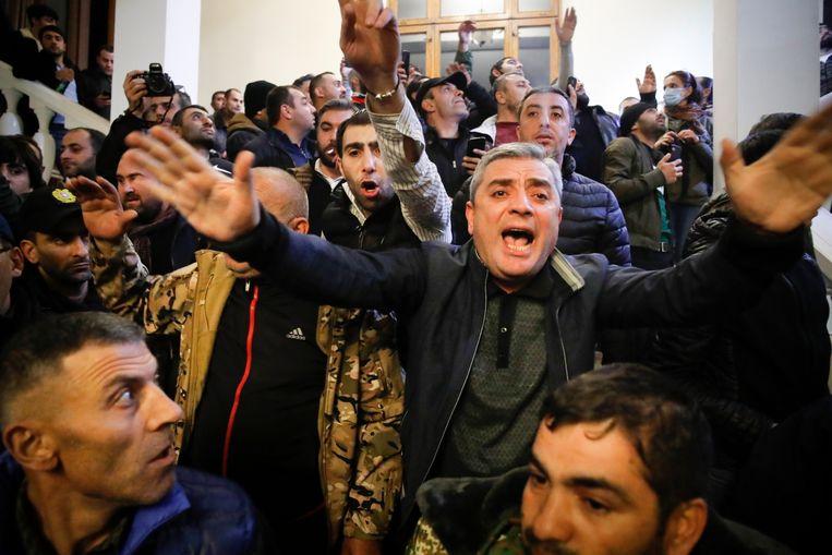 Honderden demonstranten houden het regeringsgebouw in de Armeense hoofdstad Jerevan bezet. Beeld AP