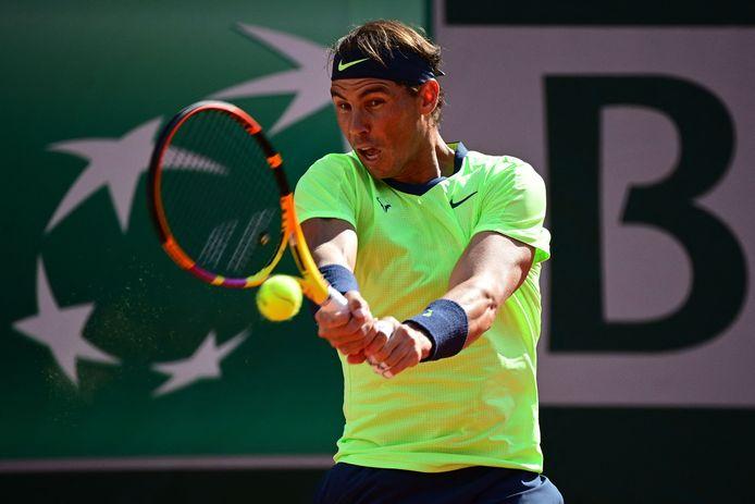 Rafael Nadal in actie tegen Jannik Sinner.