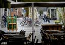 Lege terrassen in een winkelstraat in het regenachtige centrum van Tilburg.