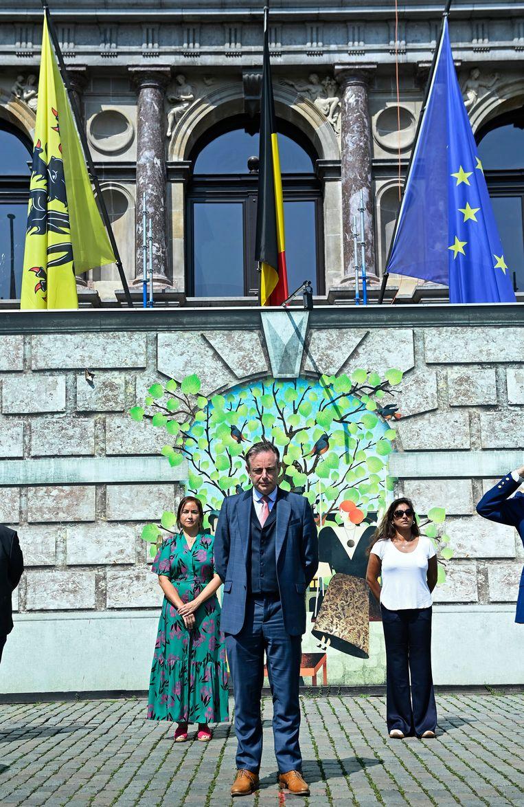 Burgemeester van Antwerpen Bart De Wever voor het stadhuis in Antwerpen. Beeld Photo News