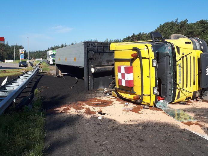 Een vrachtwagen vol asfalt kantelde op de A28.
