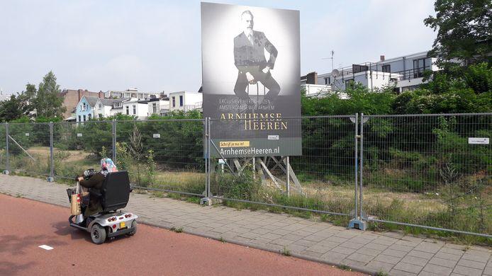 Met een bord wordt aangegeven dat aan het Nepromaterrein langs de Amsterdamseweg in Arnhem, tussen Centraal Station en Burgemeesterswijk, weer een nieuwe toekomst wordt gegeven.
