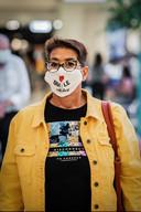 """Zeg het met een mondkapje. """"Behalve een leuke slogan kan je je stoffen masker ook persoonlijk maken met leuke opstrijkpatches of de lintjes pimpen met pareltjes"""", zegt de styliste."""