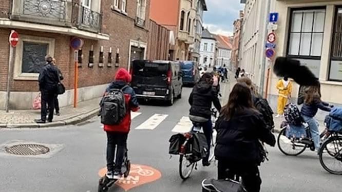 Leerling-chauffeur brengt scholieren in gevaar: inhaalmanoeuvre over het voetpad aan schoolpoort