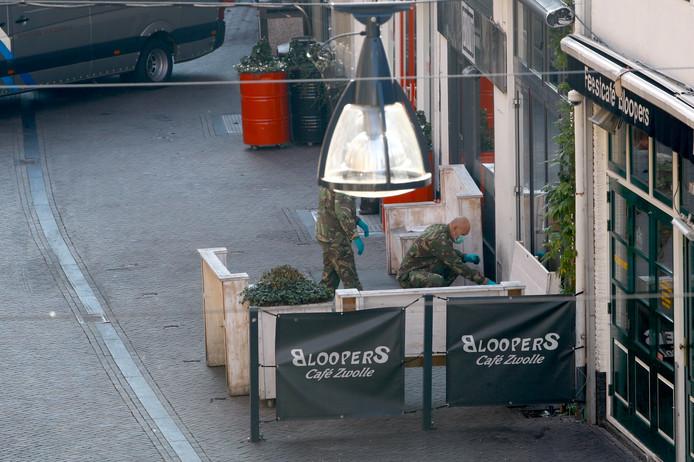 EOD'ers halen de granaat weg bij de voordeur van café Bruut.