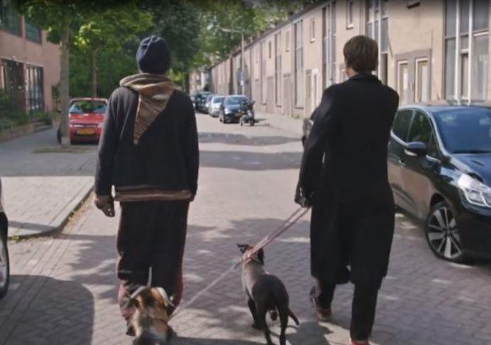 Rigo samen met Beau op weg naar zijn woning.