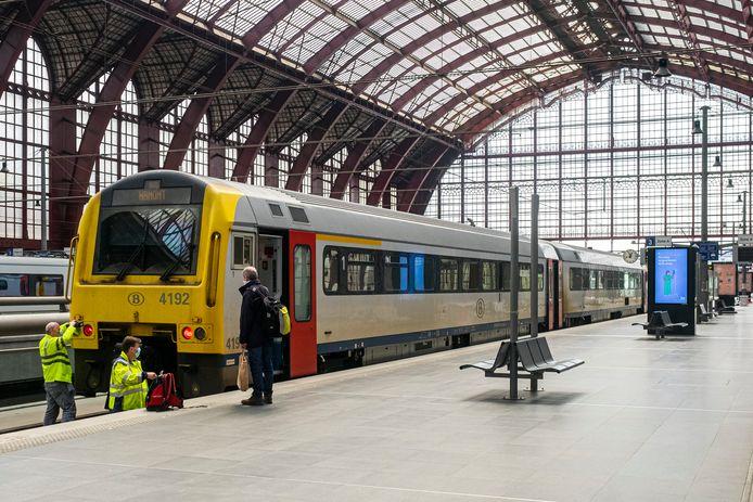 Alle vijf de beklaagden, waaronder ook de bewoner van de flat in Roeselare, verklaarden dat ze in Oostende hun trein naar Antwerpen (foto) hadden gemist en daarom maar beslisten om de nacht na kerstmis door te brengen in Roeselare.