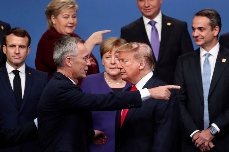 Een chaotisch groepsfoto-moment met Navo-secretaris-generaal Stoltenberg (l) en oud-president van de VS Trump, tijdens een Navo-top in 2018. Beeld AP