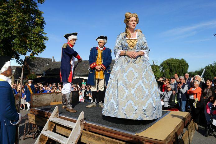 Acteurs spelen de aanhouding van Wilhelmina van Pruisen na. Over haar gevangenschap in Hekendorp komt in dat dorp een  museum. Dat zorgt voor parkeerchaos, vrezen omwonenden.