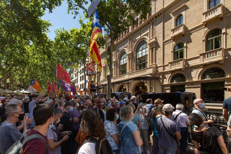 Betogers tegen het bezoek van de Spaanse premier aan Barcelona. Beeld EPA