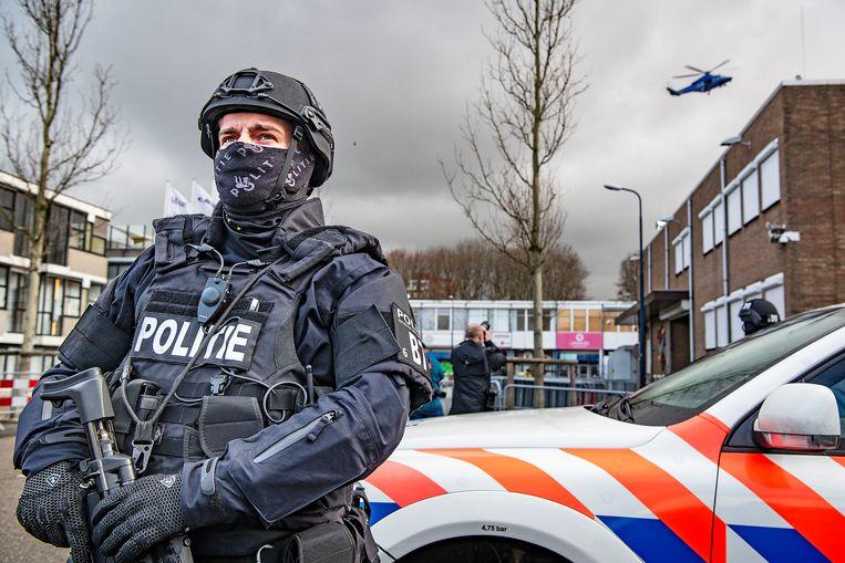 Veel zwaarbewapende politie op de been bij de extra beveiligde rechtbank in Osdorp, waar het Marengo-proces maandag begon.  Beeld Guus Dubbelman / de Volkskrant