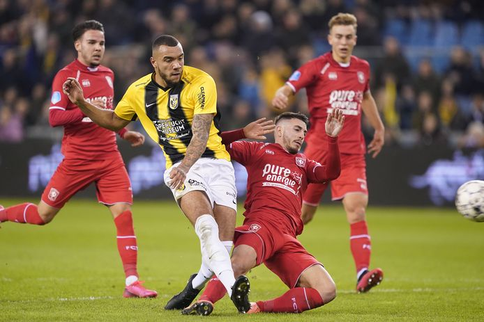 Jay-Roy Grot in maart vorig jaar in actie namens Vitesse tegen FC Twente.