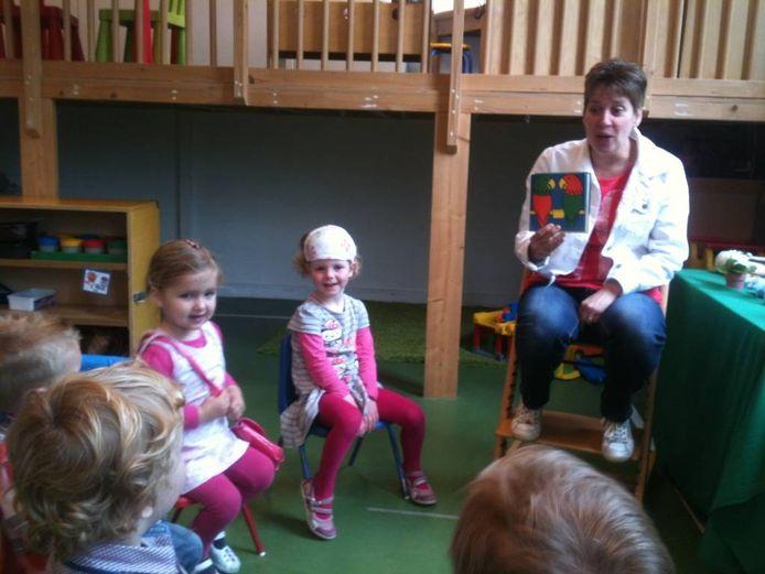 Voorschoolse educatie bij de voorschool van de Achthoek. Juf Marjolein Gommers leest voor uit Nijntje en stelt vragen. foto Rob Musters