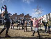 Noodgedwongen buiten theaterles: Dansen en zingen op parkeerplaats
