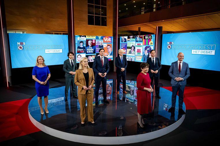 Groepsfoto met Lilian Marijnissen (SP), Jesse Klaver (GroenLinks), Sigrid Kaag (D66), Wopke Hoekstra (CDA), Geert Wilders (PVV), Lilianne Ploumen (PvdA), Mark Rutte (VVD) en Gert-Jan Segers (ChristenUnie) na afloop van een verkiezingsdebat van de NOS.  Beeld ANP