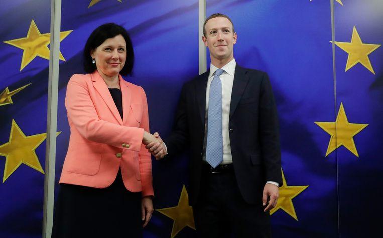 EU-commissaris Vera Jourova (Transparantie en Waarden) tijdens een bijeenkomst met Facebook-topman Mark Zuckerberg. Facebook geeft de laatste jaren veel meer geld uit aan lobbywerk bij de EU.  Beeld EPA