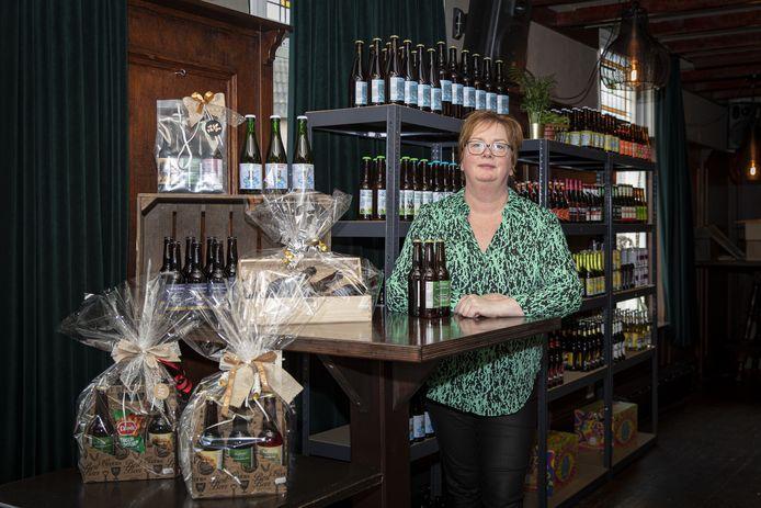 Eigenaresse Dienke Dalvoorde opent vrijdag een bierwinkel in haar dorpskroeg.
