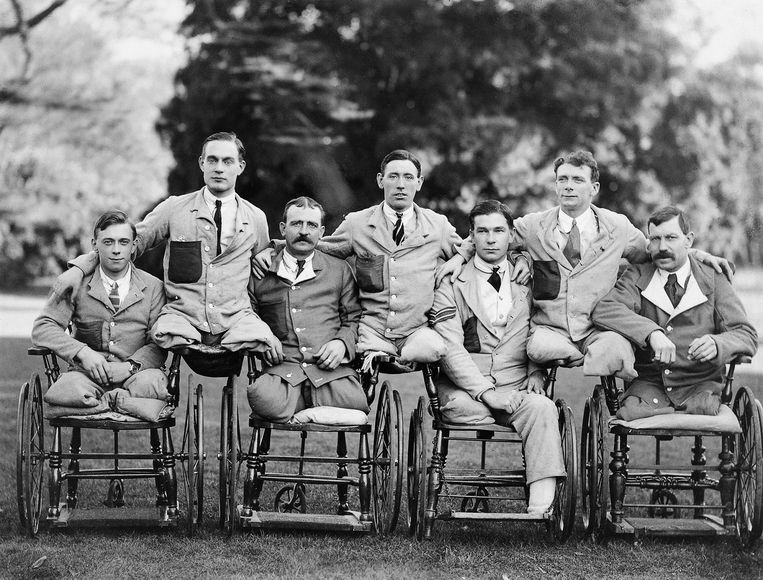 Servicemen with missing limbs in wheelchairs at Roehampton Military Hospital. (ergens tussen 1914-1918) Beeld Imperial War Museum