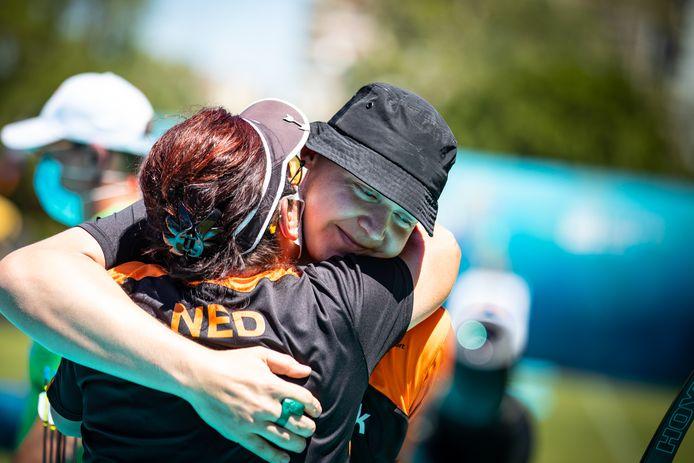 Sjef van den Berg omhelst bondscoach Jacqueline van Rozendaal na het winnende schot in de EK-teamfinale in Antalya.