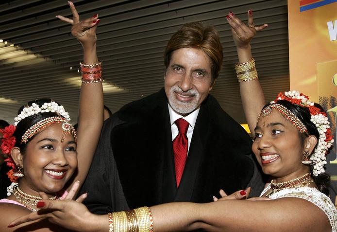 Het Indiase filmidool Amitabh Bachchan, ster in ontelbare Bollywood-films, werd in 2005 op Schiphol welkom geheten door Indiase danseressen. De acteur woonde het IDFA-filmfestival (International Indian Film Academie) bij in Amsterdam.