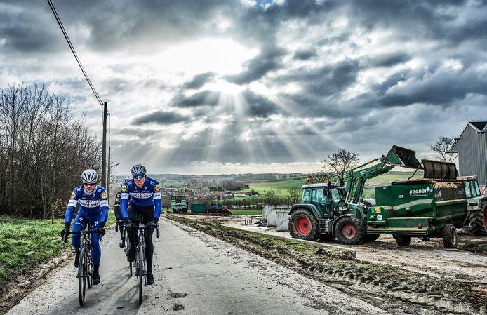 Maarkedal, februari 2018. Vlaamser kan de koers niet worden. Landbouwzoon Yves Lampaert en ploegmaat Tim Declercq, bijgenaamd 'El Tractor', op training voor de Vlaamse voorjaarsklassiekers.