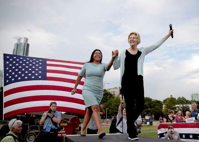 Democratisch presidentskandidaat Elizabeth Warren (r.) en Democratisch kandidaat voor het Congres Jessica Cisneros. Beeld AP