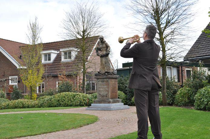 De sobere herdenkingsbijeenkomst in Acaciahof in Mill. Met trompetist Harm Daverveld.