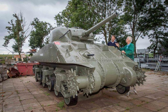 Wethouder Pieter Wisse (l) krijgt uitleg over de restauratie van de tank door Bas Rijk.
