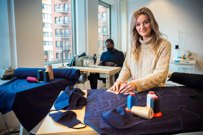 Kledingontwerpster Giselle van der Star switchte tijdens de coronacrisis naar het maken van mondkapjes.