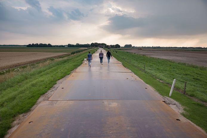 Bewoners van de Hoge Zeedijk in Zevenbergschenhoek hebben een boel overlast ervaren van de vrachtwagens die over de rijplaten reden vanwege het werk aan het spoor. Vanaf woensdag worden de platen weer verwijderd.