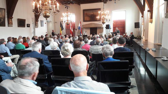 Drukte in de raadzaal van het Sluise belfort tijdens presentatie van het boekje 'Switchback. 75 jaar bevrijding West-Zeeuws-Vlaanderen.'  Ook werd de tentoonstelling 'Switchback. De bevrijding van Sluis en Sint Anna ter Muiden' geopend.