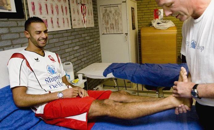 De 'gouden' voet van Mohassin Ouchene, topscorer van Babberich met drie goals, wordt behandeld. foto Henk Rodrigo