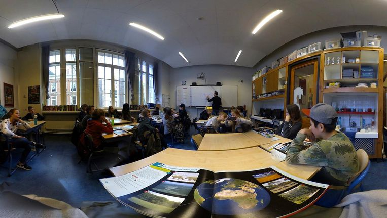 Klaslokaal gezien door de virtual realitybril die het Altra College gebruikt Beeld Social VR