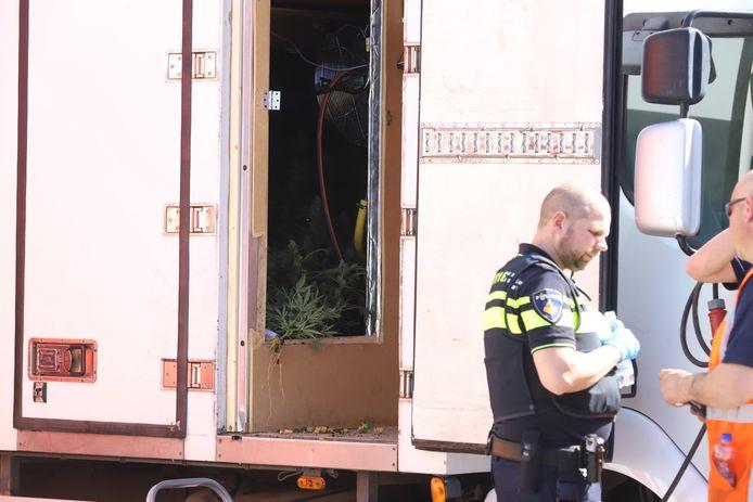 Vrachtwagen ingericht als hennepkwekerij in Schijndel.