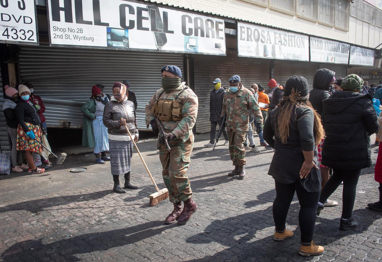 Militairen patrouilleren in de straten van Alexandra, Johannesburg na de plunderingen. Beeld EPA