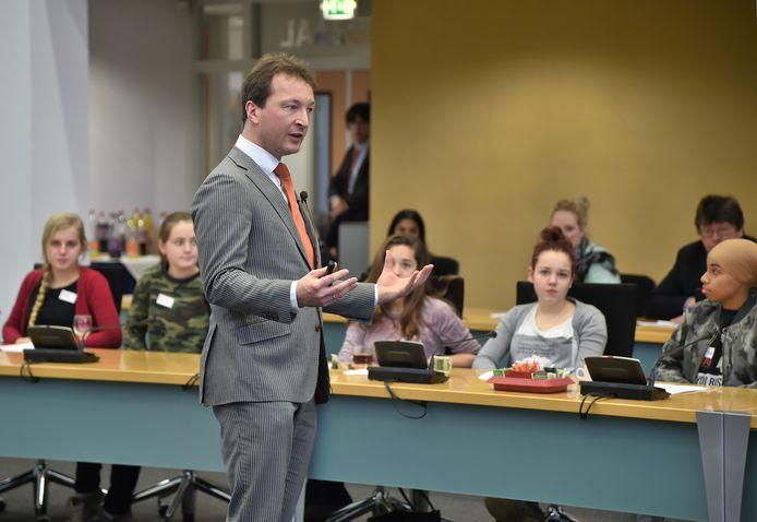 Jongeren betrekken bij politiek is een jarenlange poging in Middelburg. Al in 2017 nodigde toenmalig wethouder Arjan Beekman jongeren tussen de 14 tot en 18 jaar uit in het stadskantoor om met elkaar te debatteren en te leren wat politiek is.