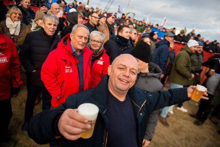 Duizenden koersliefhebbers kregen zondag aan het strand van Sint-Anneke op Linkeroever waar voor hun geld: een mooie race, met een verrassende winnaar. Een sfeerverslag.