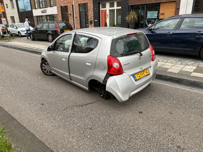 Een auto is vrijdag in Deventer een wiel verloren bij een aanrijding.