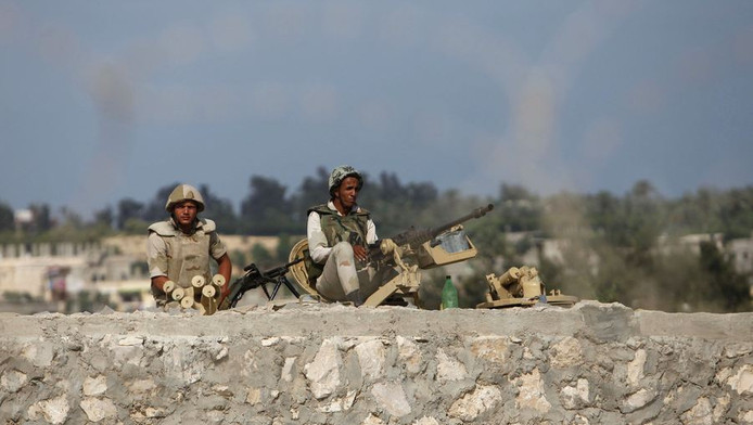 Het Egyptische leger houdt de wacht op de grens tussen Egypte en de Gazastrook.
