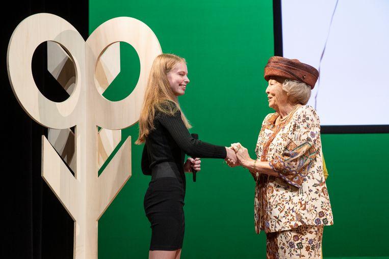 Prinses Beatrix praat na de onthulling met de ontwerpster van het jubileumkunstwerk Karlijn van der Weij. Beeld Hollandse Hoogte /  ANP