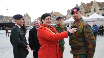 VIDEO. Diksmuids burgemeester speldt militairen van operatie 'Homeland' medaille op